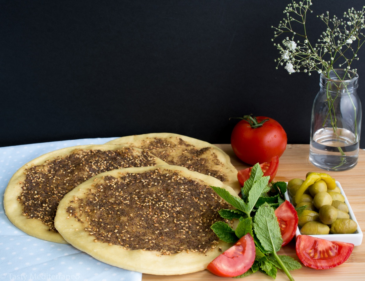 Zaatar manouche lebanese flat bread with herbs tasty mediterraneo zaatar manouche flat bread with herbs forumfinder Image collections