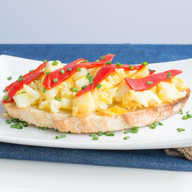 tasty-mediterraneo-toast-eggs-potato-piquillos