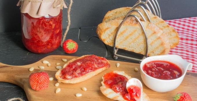 Confiture de fraises à la vanille et aux pignons de pin