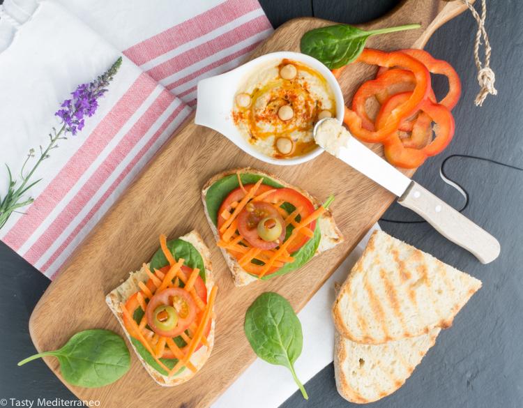 Tasty-mediterraneo-tosta-humus-crudites-aceitunas