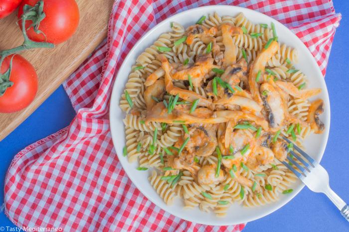 Tasty-Mediterraneo-pasta-con-salsa-tomate-champiñon
