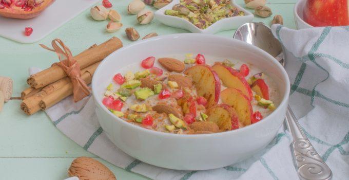 Porridge de avena con fruta, frutos secos y canela