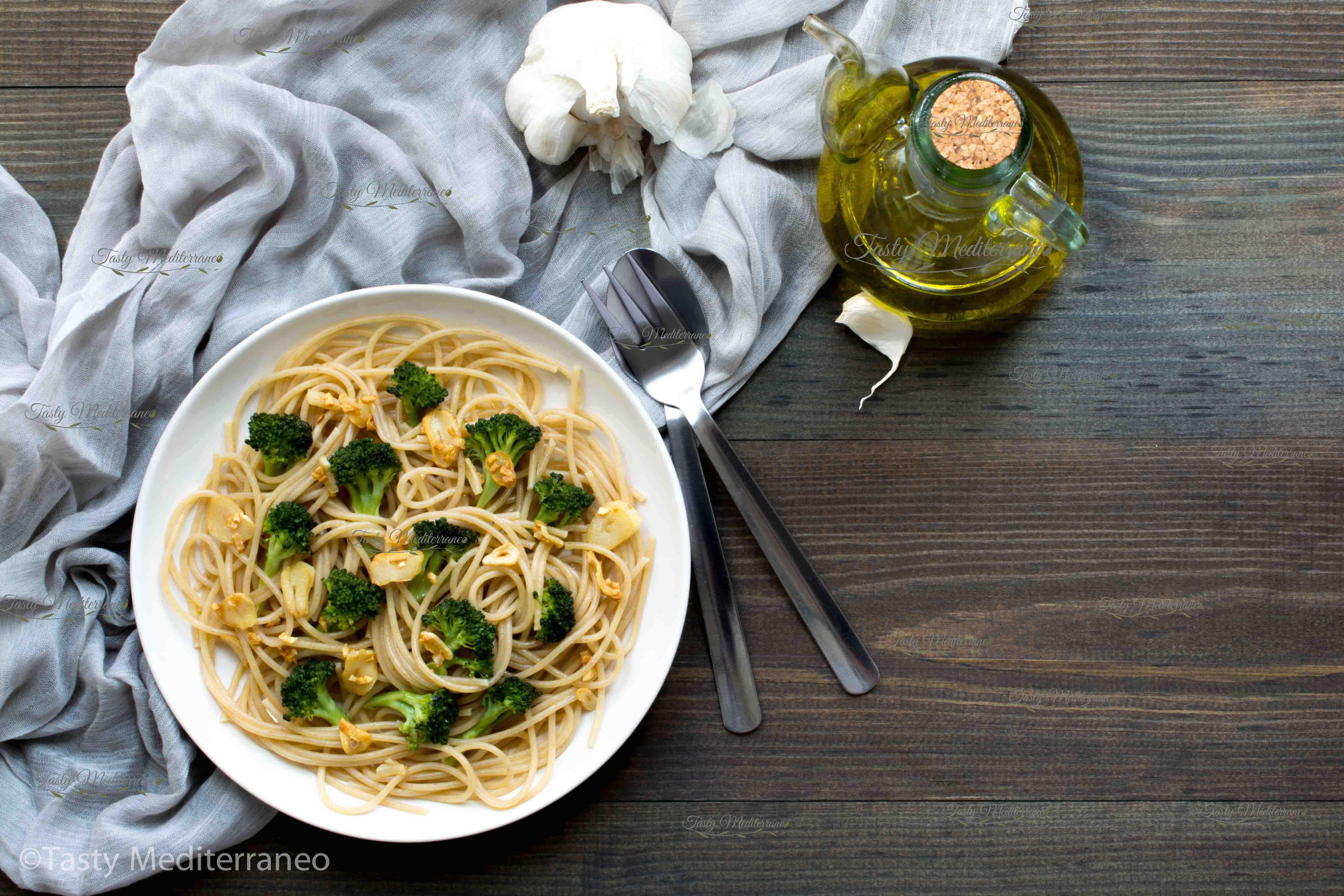 SPAGHETTI AGLIO E OLIO WITH BROCCOLI-Easy to prepare Mediterranean Diet Recipes