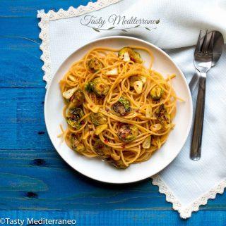 Espaguetis de lentejas rojas con coles de Bruselas