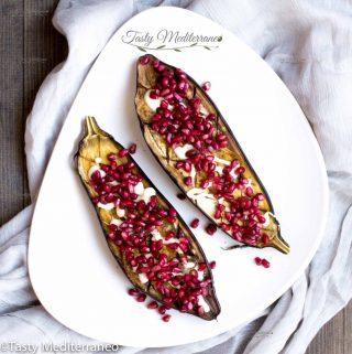 Berenjena asada con salsa tarator y semillas de granada