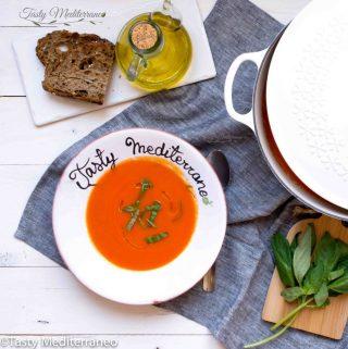 حساء متوسطي بالبندورة والفليفلة الحمراء